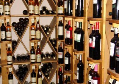 Vinotéka Nad Lesy - interiér - detail vína | Nadlesy.cz